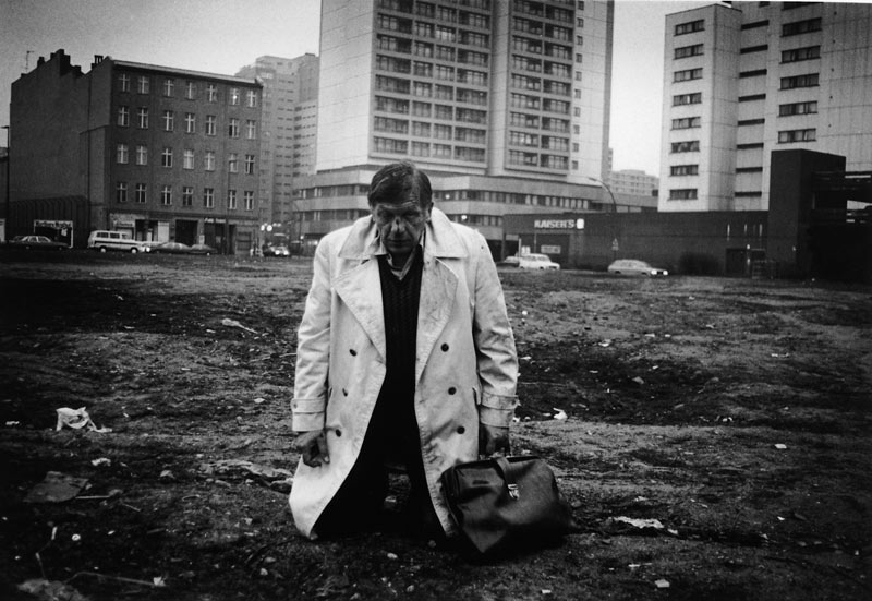 Miron Zownir . Man on his knees, Berlin, 1980